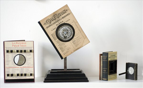 Barabás Márton képzőművész alkotásaival az Illuminációk - a Gutenberg-galaxis stopposainak című kiállításon (Fotó: Czimbal Gyula, MTI)