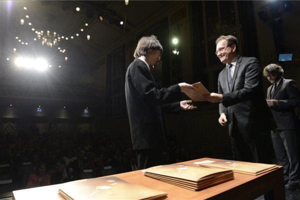 Szokolay Ádám Zsolt átveszi a díjat
