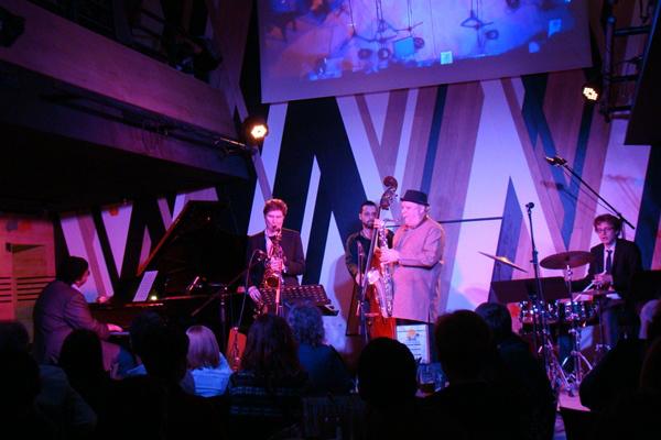 Szakcsi Lakatos Róbert Tim Ries és Tony Lakatos szaxofonosok társaságában az Opusban