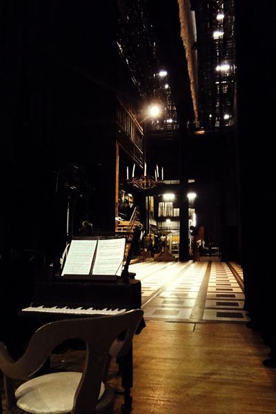 A színfalak mögött a Tsu színházban