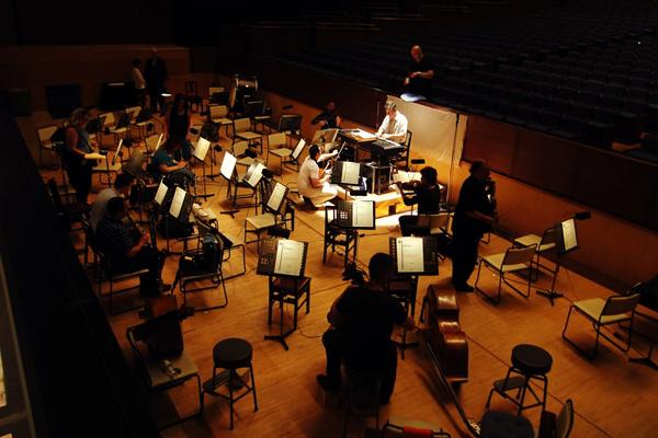 A zenekar A sevillai borbély előadása előtt