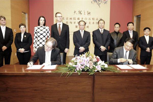 Baán László és Van Ming-ming megállapodást ír alá