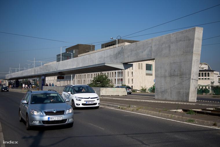Nagyon magas lett az új megállók teteje, és persze a legszelesebb helyekre, a hidakra építették őket. Ha esik és fúj, jobb, ha elkerüljük ezeket az építményeket!