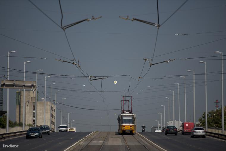 Kacsóh Pongrác úti felüljáró. A kép közepén az a sárga tábla az itt megengedett legnagyobb sebességet mutatja. Szürreális látvány lesz a 20-szal döcögő, hipermodern CAF villamos a Kacsóh Pongrác úti felüljárón