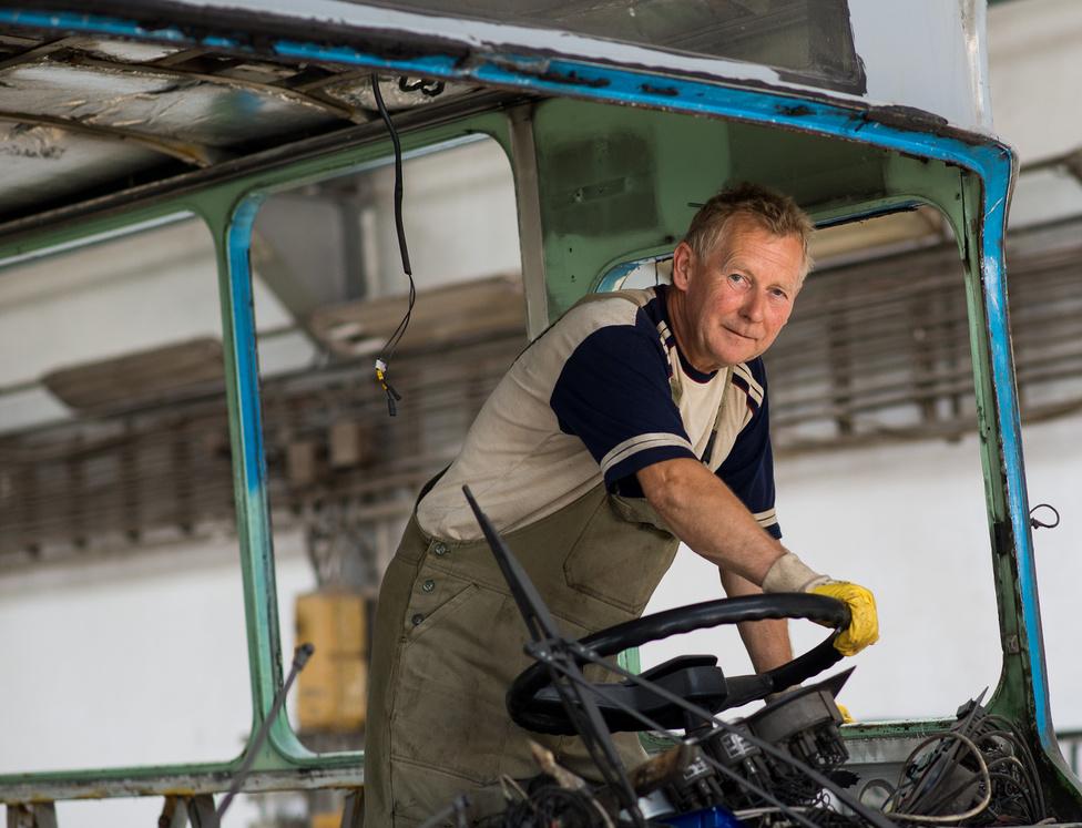 """""""Bakos Imre, ketten vannak testvérek, mindketten itt dolgoznak, ő az idősebb, az öccse István. Motorszerelő, nem csak a régi, de az újabb típusokba is itt szerelik be a motorokat."""""""