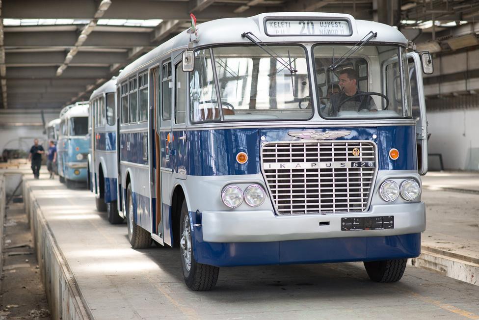 """A 620-as Ikarust 1958 és 72 között gyártották. Ez a tökéletesen restaurált busz Simon úré a pótkocsival együtt. Ezért aztán amikor azt mondja, erről származik a """"nem most jöttem a 620-assal"""" mondás, nem igazán vitatkozom. Pedig a hathuszas mondás tudtommal inkább a vidékről bejövő vonatok érkezési idejére utal, a 620-as Ikarus viszont kifejezetten városi busz volt. Pótkocsit nem is ilyen húzott, hanem az Ikarus 60-as, vidéken. A pótkocsi is utasokat szállított, mert rengeteg volt az utas, kevés a busz. Tetőcsomagtartó szinte mindegyiken volt. Mint a hűtőrácsból is sejthető, ez a legkevésbé sem faros Ikarus."""