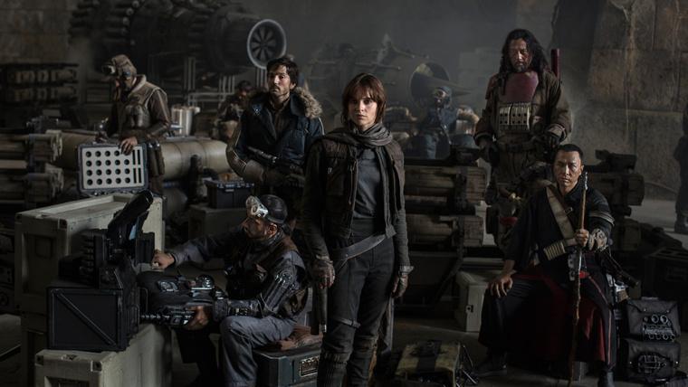 Felicity Jones, Riz Ahmed, Diego Luna, Jiang Wen és Donnie Yen a Rogue One hivatalos csoportképén.