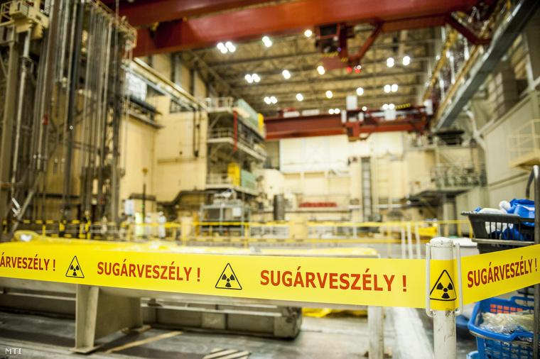 Sugárveszélyre figyelmeztető szalag a paksi atomerőmű 2-es építményében