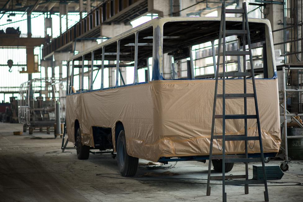 Egy a leggyakoribb felújításokból: a BKV megrendelésére műszaki vizsgára készítik fel a 200-as szériájú Ikarust. A felkészítés a buszoknál kicsit durvább, mint amikor mi ugrunk el az autónkkal műszaki előtt a szerelőhöz. Teljesen, szinte csavarra szétszedik a buszt, és a műszakira való felkészítésbe még egy gittelős fényezés is beletartozik.