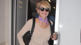 Sharon Stone már felöltözött, de melltartót továbbra sem vesz