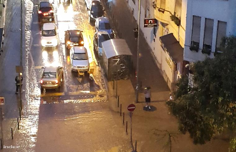 Elárasztott utca a Mammut mögött
