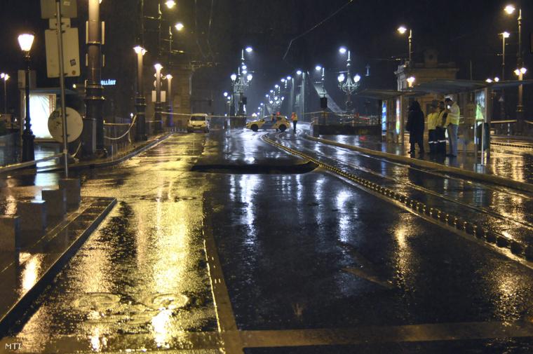 Beszakadt útburkolat a budapesti Fővám téren 2015. augusztus 18-ra virradó éjjel.