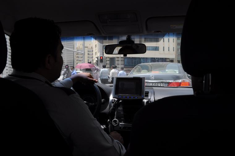 Valahol Abu Dzabi környékén egy taxiban