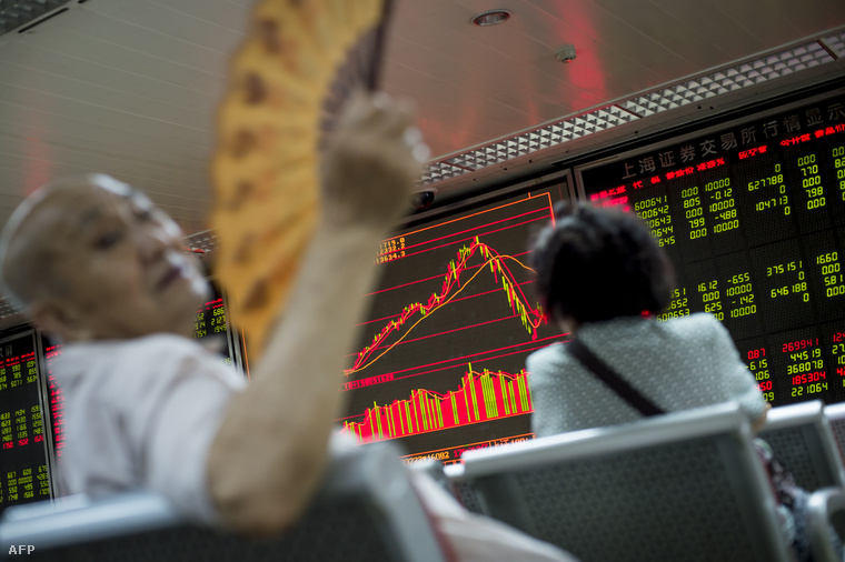 Kisrészvényesek figyelik az árfolyam alakulását Pekingben