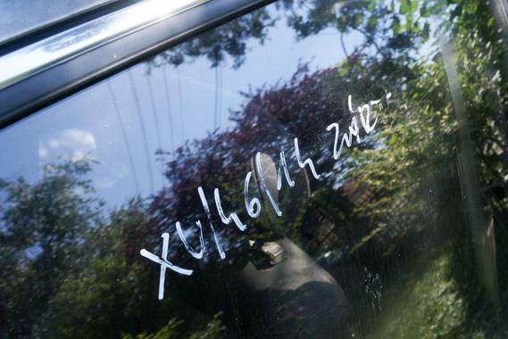 Bontott ablak vagy felségjelzés?