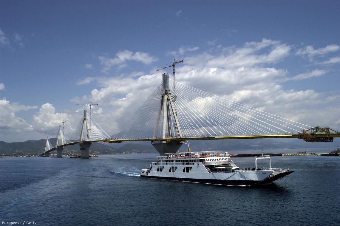 A Peloponnészosz félszigetet és a szárazföldet összekötő Ríu–Andiríu hidat az olimpiához építették