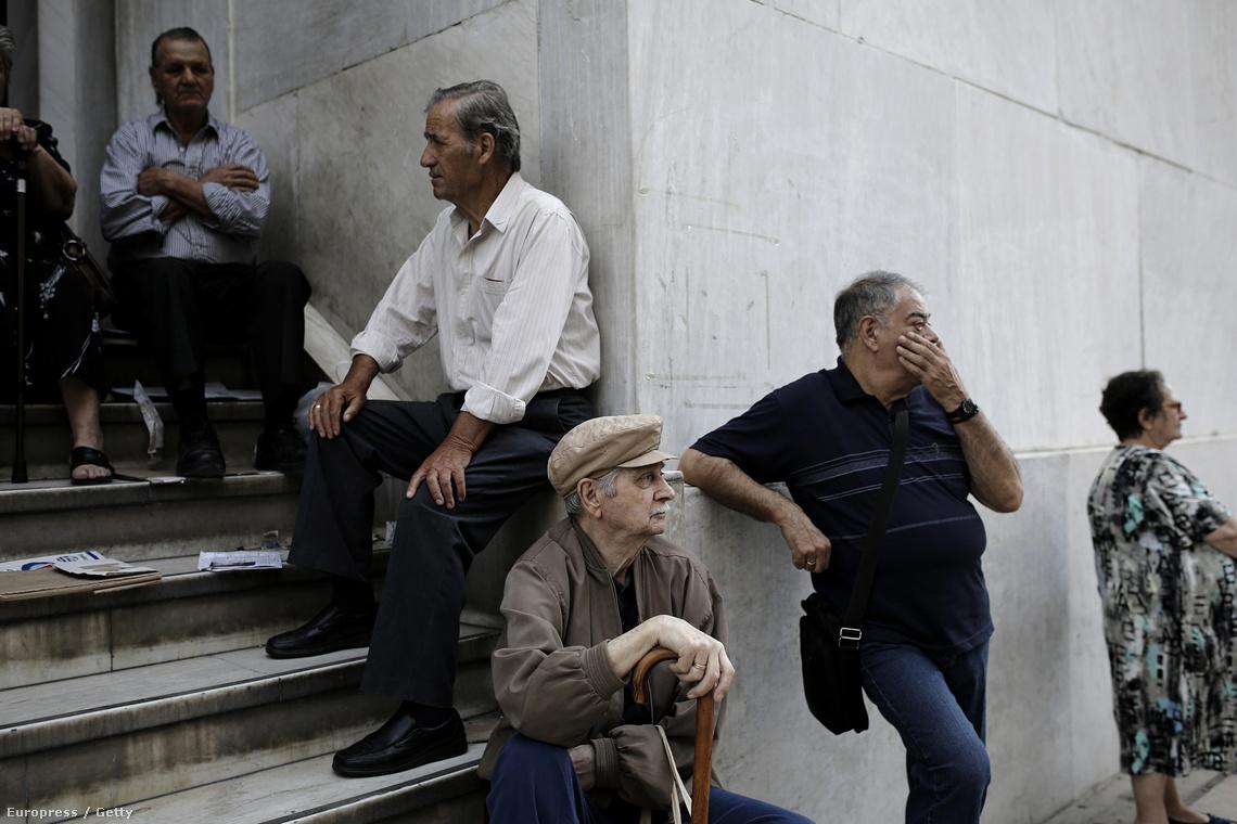 Görög nyugdíjasok várakoznak a Nemzeti Bank athéni épülete előtt