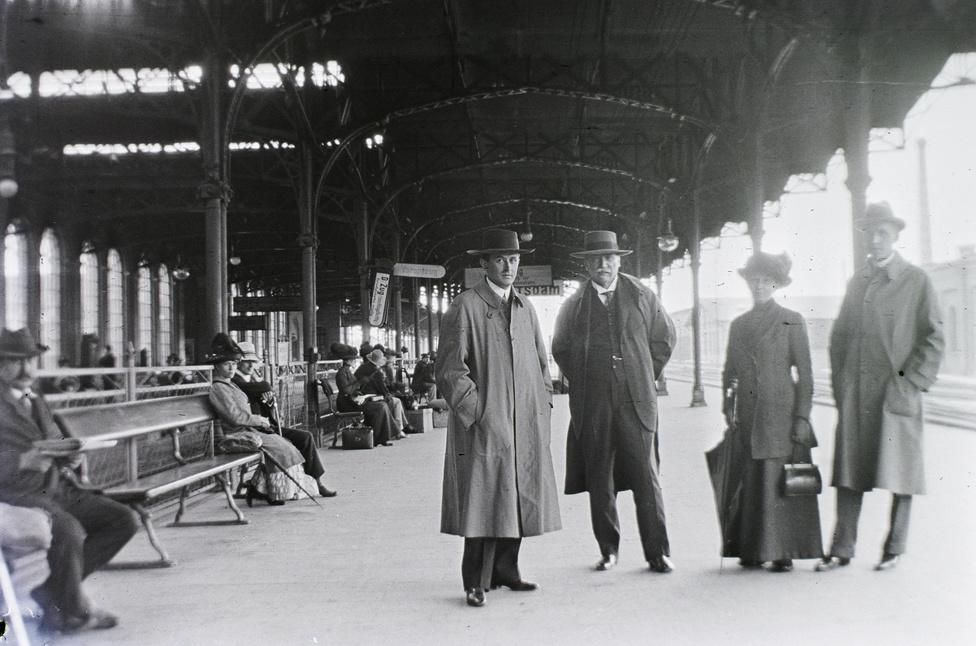 Akkoriban a leggazdagabbak is vonattal utaztak nyaralni - ez volt a legkényelmesebb. Igaz, az első osztályt csak az utasok alig 1,5%-a engedhette meg magának, 77%-uk harmadosztályon utazott. Talán elsőre fel sem tűnik, de érdemes megfigyelni: az előkelő utasok egyikénél sincs poggyász.