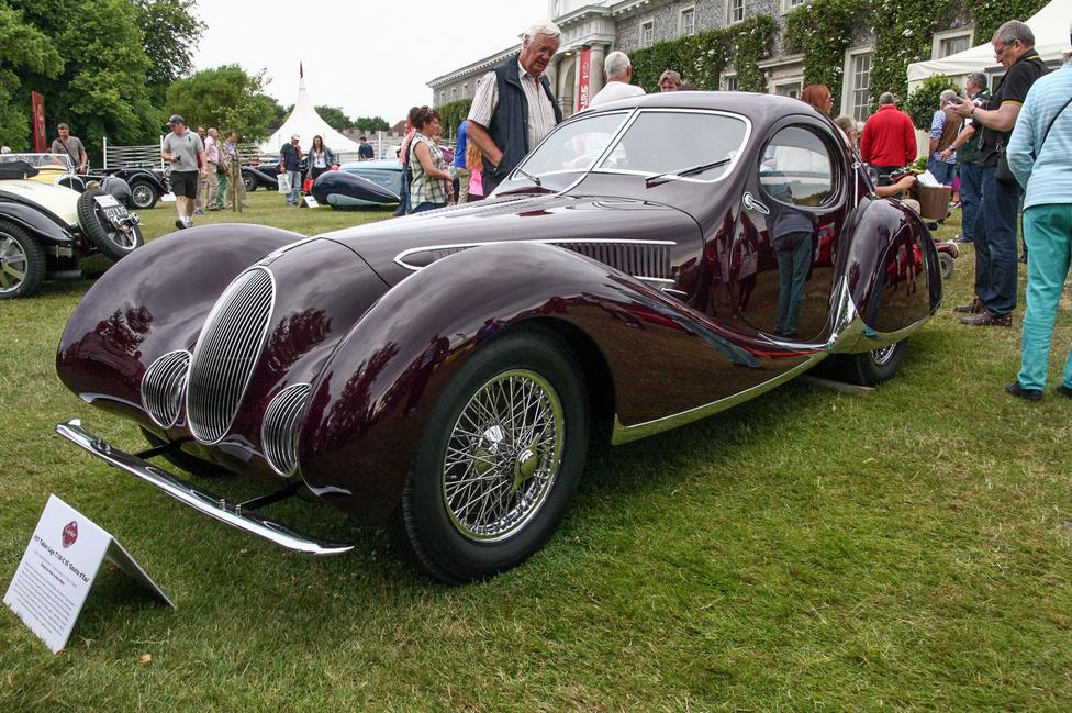 """Először ízlelgessék a nevet: Talbot-Lago T150 CSS """"Goutte d'Eau"""" – azaz könnycsepp. Tehát nem Bugatti Atlantic, bár nagyon hasonlít, csak majdnem. Természetesen Figoni & Falaschi-karosszériás, de ez talán nem is annyira érdekes, az viszont már inkább, hogy 1938-ban egy ugyanilyen autót elindítottak a Le Mans-i 24 óráson. Úgy látszik, komolyan gondolták."""