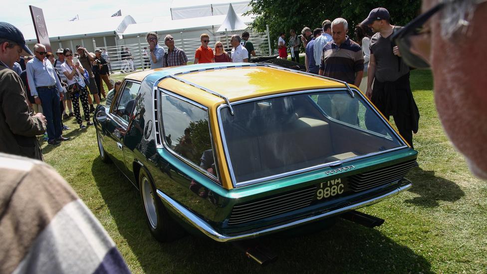 1965-ös, esetleg 1968-as? Mindegy is, ez itt egy Ferrari 330 GT Vignale Shooting Break, amelyet a híres amerikai Ferka-importőr és versenyistálló-főnök (NART), Luigi Chinetti fia építtetett át ilyenné a torinói Vignale stúdióval. Az autót ebben a formában az 1968-as Torinói Autószalon közönsége láthatta először, ami után visszatért Amerikába Chinettiékkel, a Vignale pedig le is húzta a rolót, tehát a képeken látható autó volt az utolsó mű a stúdiótól. A 330 GT Vignale ma egyébként a Jamiroquai frontemberéé, Jay Kayé.