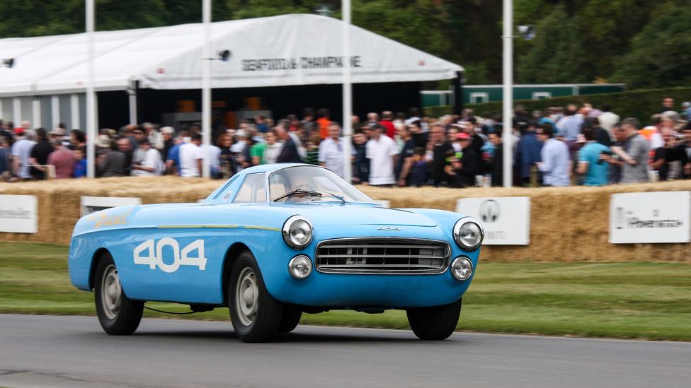 Ismerős az arc? Nem Trabant, félre a vicceskedéssel, bár van ott hasonlóság, tény… A kék járgány egy hosszú távú sebességi rekordokhoz készült Peugeot 404-es, a maga idejében elég ismert autó volt egyébként. 40 rekordot döntöttek meg vele, az egyik legnevesebb a 72 órán át tartott 160 km/h volt, 1965-ben. Micsoda? 160? De hiszen az már akkor se volt sok… Igen, de a 404-esben egy teljesen széria, 1,9-es szívódízel-motor volt.