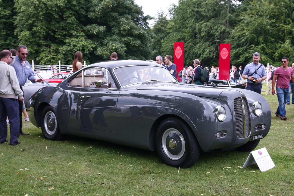 Új-régi autót látnak, egy 1953/2014-es Bensport Bentley La Sarthe-t. Hiába mondja, azért ne szarjuk le, mert van az úgy, hogy a mai karosszériaszabászoknak is sikerül még szebbé tenni valamit, ami eredetileg is lenyűgöző volt.