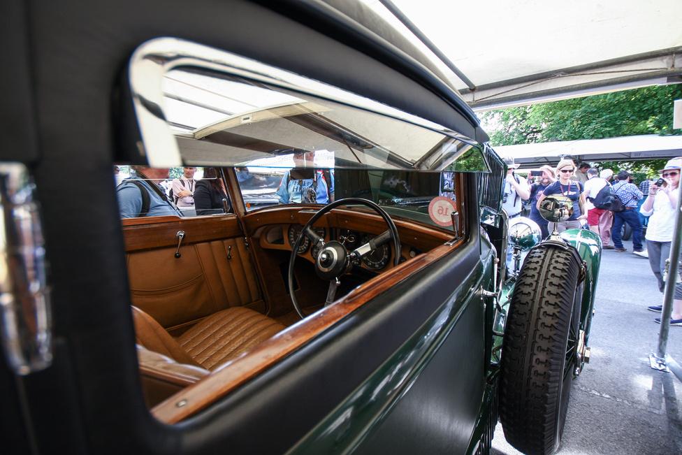 """Csak egy kukkantás a Bentley Speed Six """"Blue Train"""" belsejébe. A harmincas években nagy divat volt autóval megmérkőzni az akkori leggyorsabb európai, a Cannes-Calais között járó kék vonat ellen. Woolf Barnato azonban 1930-ban abban fogadott, hogy egy Bentley Speed Sixszel nemhogy Calais-ig, hanem a londoni klubjáig ér el, mielőtt a vonat Calais-be érne. Sikerült neki, ennek ünnepére készíttetett egy furcsa, csapott tetős lokomotívot, amit harminc évvel később shooting brake-nek neveztek volna. Így viszont csak egy Speed Six Blue Train Coupé lett."""