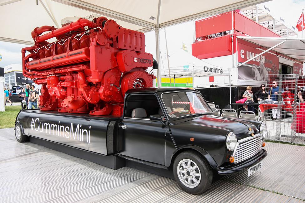 4400 lóerős Mini. Sajnos a motor semmiféle összeköttetésben nem áll az autó hajtott első kerekeivel, csak cipeli a hátán az óriási Cummins dízelmotort. De azért aranyos. Vagy mi.