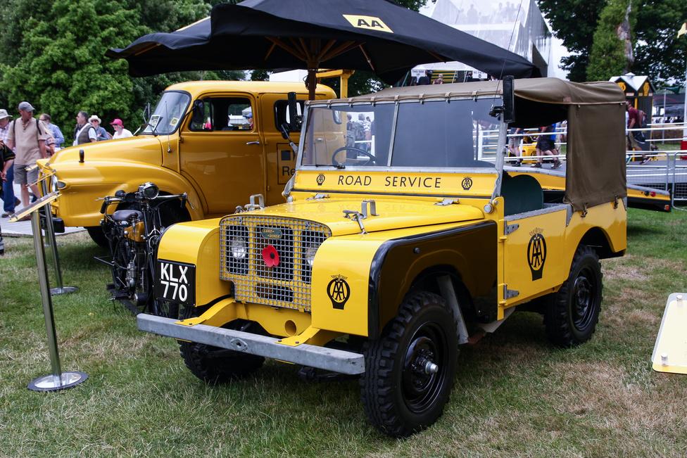 Ennyire régi Land-Rover még az Elza és kölykeiben se volt. A legkorábbiak közül való, 1948-as autó az AAA, a brit autómentő-szolgálat standján állt. Vizet, benzint, nagy bikaakkut, szerszámot hordott a hátuljában, s szereltek már bele kétirányú (duplex) rádiót is.