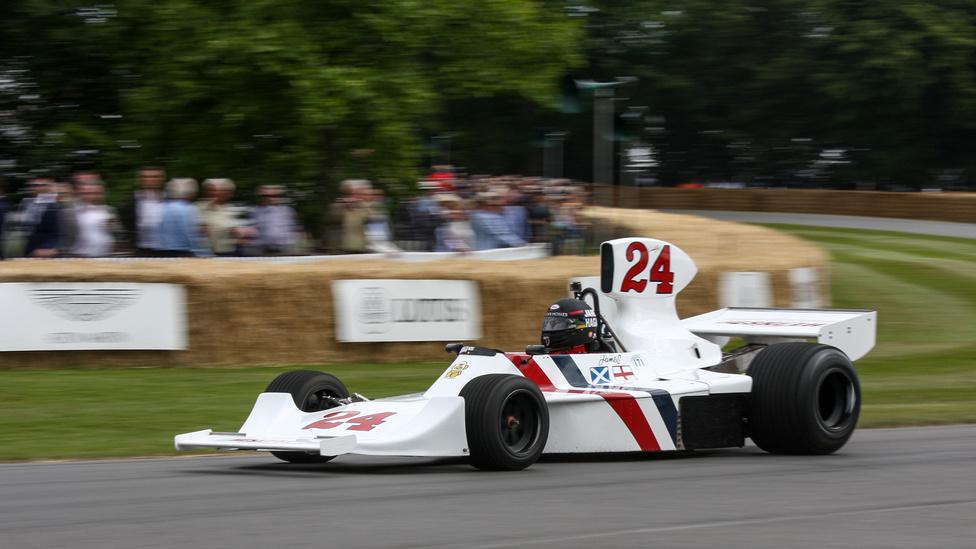 Ha látták a Rush című csodás filmet Niki Lauda és James Hunt párharcáról, akkor csak annyit mondok: ez itt az a Hesketh-Cosworth 308, amivel Hunt a hatodik lett az 1974-es világbajnokságon. Ha nem látták, akkor is csak az tudom mondani: ez egy eredeti, James Hunt-vezette Hesketh F1-es kocsi.
