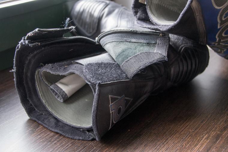A külső réteg alatt egy belső, műanyag merevítésekkel ellátott csizma található