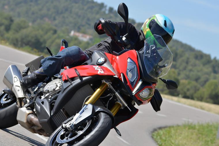 Most ne a motort figyeljék, hanem a lábamat. A sport-túra fazon nagyjából mindenhol elmegy