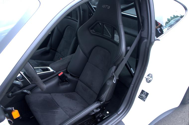Vékony és könnyű ülések, opcionális bukókerettel hátul. Felárért hatpontos, körcsatos övet és tűzoltókészüléket vagy köridőmérő fotocellát és transzpondert is kapunk, nem beszélve az ingyenes, az autó rendszereihez tökéletesen illeszkedő mobilappról