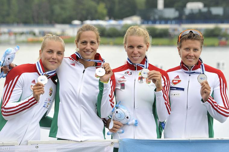 A második helyezett Kárász Anna Fazekas-Zur Krisztina Szabó Gabriella és Kozák Danuta (b-j) mutatja ezüstérmét a női kajak négyesek 500 méteres versenyének eredményhirdetésén.