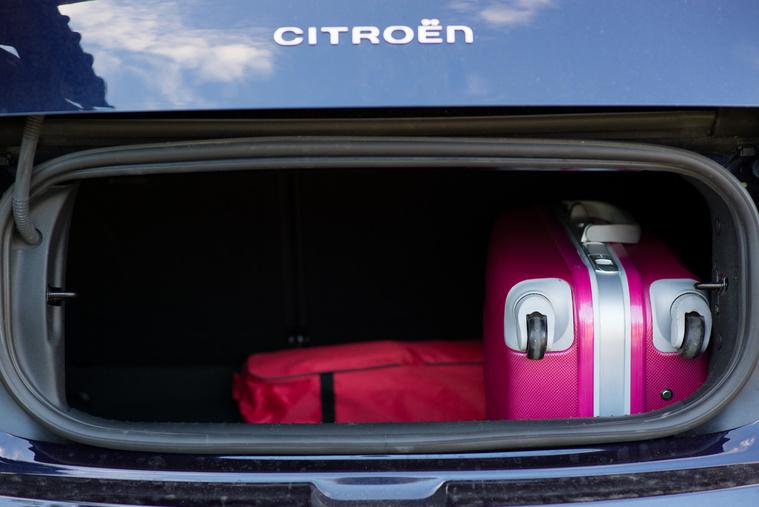 245 literes csomagtartó bántóan kis nyílással, de meglepő módon épp befér egy Lufthansa-méretű kisbőrönd, illetve ránézésre legalább három