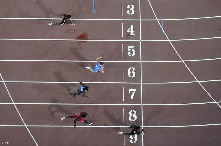 Nicholas Bett (legalul) célba ér a 400 méteres férfi gátfutás döntőjében