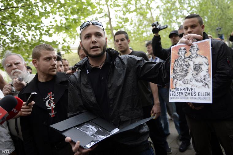 Incze Béla a Hatvannégy Vármegye Ifjúsági Mozgalom alelnöke (középen)