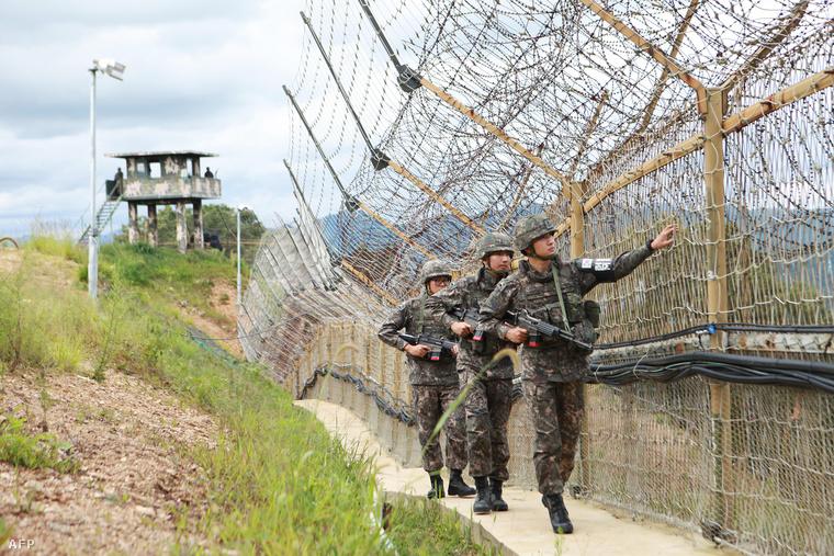 Dél-koreai katonák járőröznek a demilitarizált övezet szélén húzódó drótkerítés mentén