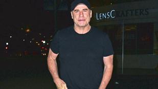 John Travolta lecsúszott sliccel is zavartalanul pózol