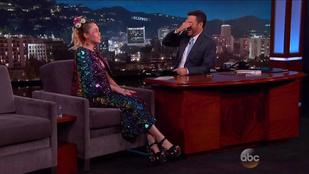 Miley Cyrus csillámos melleket mutatott Jimmy Kimmel műsorában