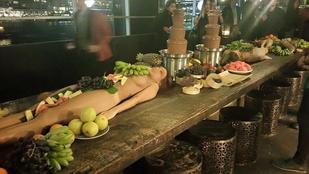 Mindenki kiakadt a báron, ahol meztelen nőkön szolgálták fel a gyümölcsöt