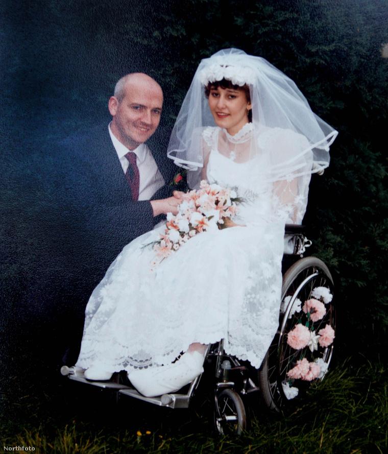 Anthony és Maxine Foley 1988-as esküvői fotón
