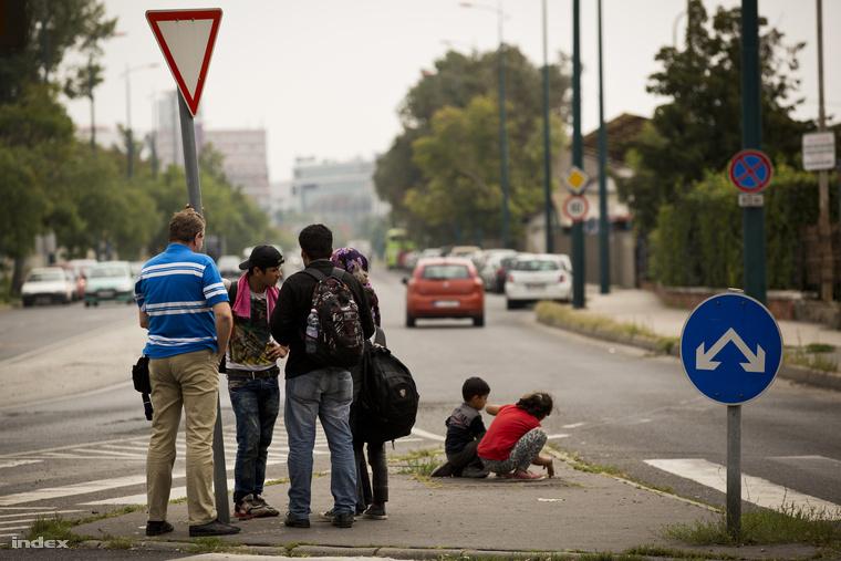 Menekültek a Verseny utcában