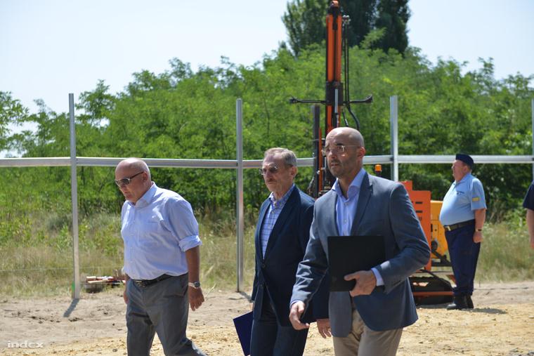 Hende Csaba honvédelmi miniszter, Pintér Sándor belügyminiszter és Kovács Zoltán kormányszóvivő abiztonsági határzár mintaszakaszának építési területén tartott sajtótájékoztatón, a magyar-szerb határon, Mórahalom térségében 2015. július 16-án.