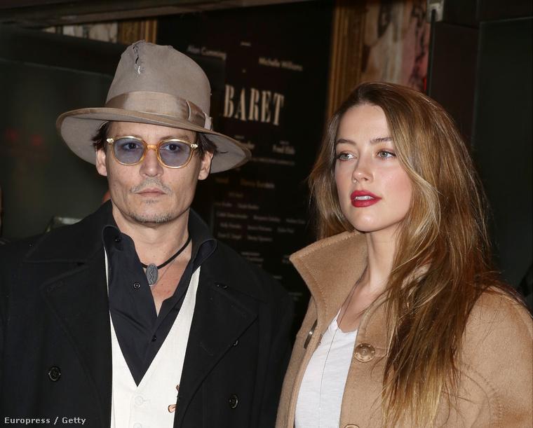 Johnny Depp kalapban, mellette Amber Heard