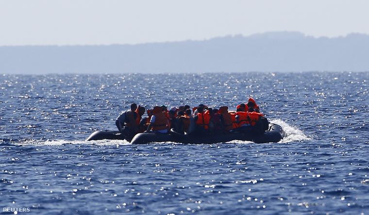 Menekülteket szállító gumicsónak a görög partoknál