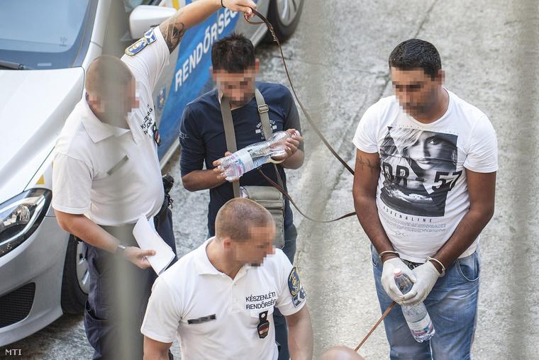 Az ausztriai A4 autópályán hagyott autóban 71 menekült halálát okozó bűncselekménnyel összefüggésben őrizetbe vett gyanúsítottakat vezetik elő az előzetes letartóztatásról döntő tárgyalásra a Kecskeméti Járási Bíróságon 2015. augusztus 29-én.