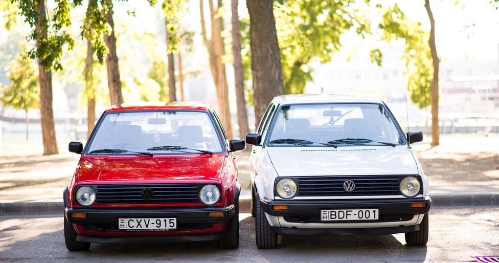 Motorra is ugyanaz a két autó: mindkettőben a Volkswagen porlasztós 1,3-asa van, amit a Wartburg utolsó szériáiba is szereltek. A Golf II GTI ekkor már rég injektorral működött. A típus második generációját majdnem tíz évig gyártották, 1983-ban kezdték, és a képen látható két autó születési idejét követő évben, 1992-ben állították le. A fehér Golfnak bő két évtized alatt annyi baja volt, hogy egyszer hazafelé egy előzés alatt az alsótekeresi faiskolánál elszakadt a gázbovden. Nem volt nagy dráma, visszasoroltak. A piros Golf évekig állt, úgyhogy azon aztán sok minden kijött, miután megvették és használni kezdték, a főfékhengertől a hengerfej-tömítésen át a fűtőradiátorig. A fehér persze kímélő üzemmódban van, tavaly összesen ezer kilométert sem ment.