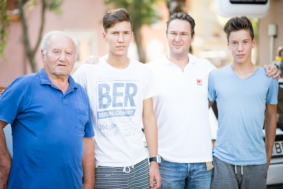 Balról Nagy Csaba, az anyai nagypapa, aztán Laczkó Tibor, Laczkó Tibor és Laczkó Levente a Siófoki Bányász U17-es csapatából. Az elsőszülöttek Tiborsága már a harmadik nemzedék óta tart, ha tehát texasi olajmilliárdosok lennének, Lackó Tibor III és Laczkó Tibor II lenne a megfelelő.