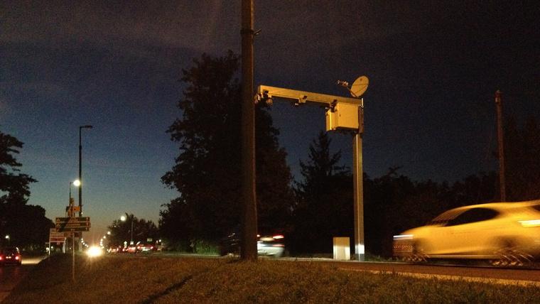 Olvasónk, Horn Ákos a nagykanizsaihoz hasonló fix traffipaxokat fotózott Tatán az 1-es főút, városon átvezető szakaszán. Mindkét irányban mérnek, éjjel is látnak.